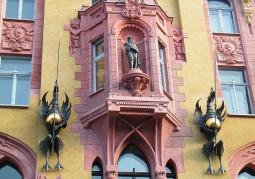 Zbliżenie na centralną część fasady