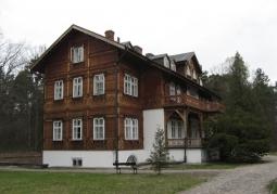 Budynek z widoczną werandą i balkonem