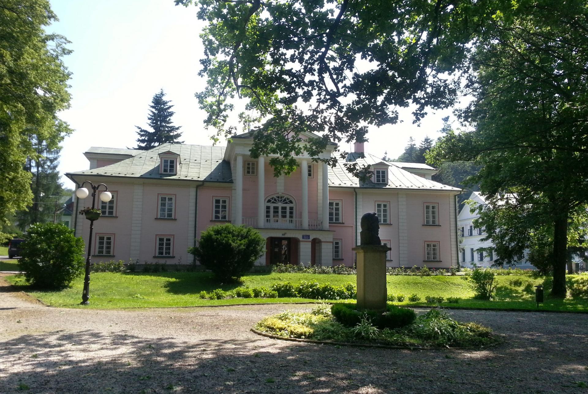 Pałac i fragment ogrodu