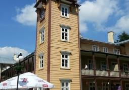 Czworoboczna wieża zegarowa