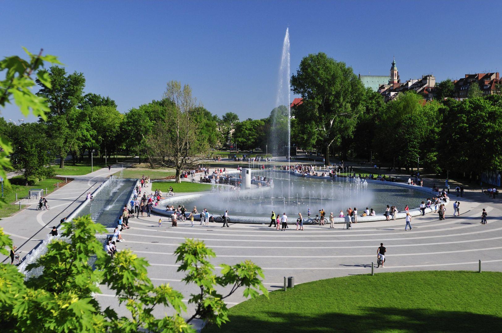 Park fontann w piękny dzień