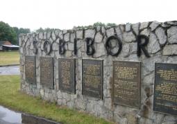Tablica pamięci przy wejściu do obozu