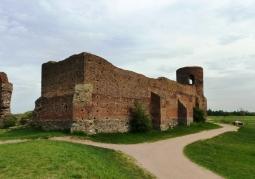 Widok ruin od strony zachodniego narożnika