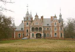 Widok frontowy pałacu w Kobylnikach