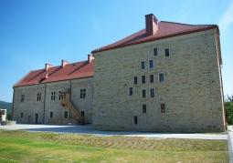 Widok zamku z dziedzińca po przebudowie